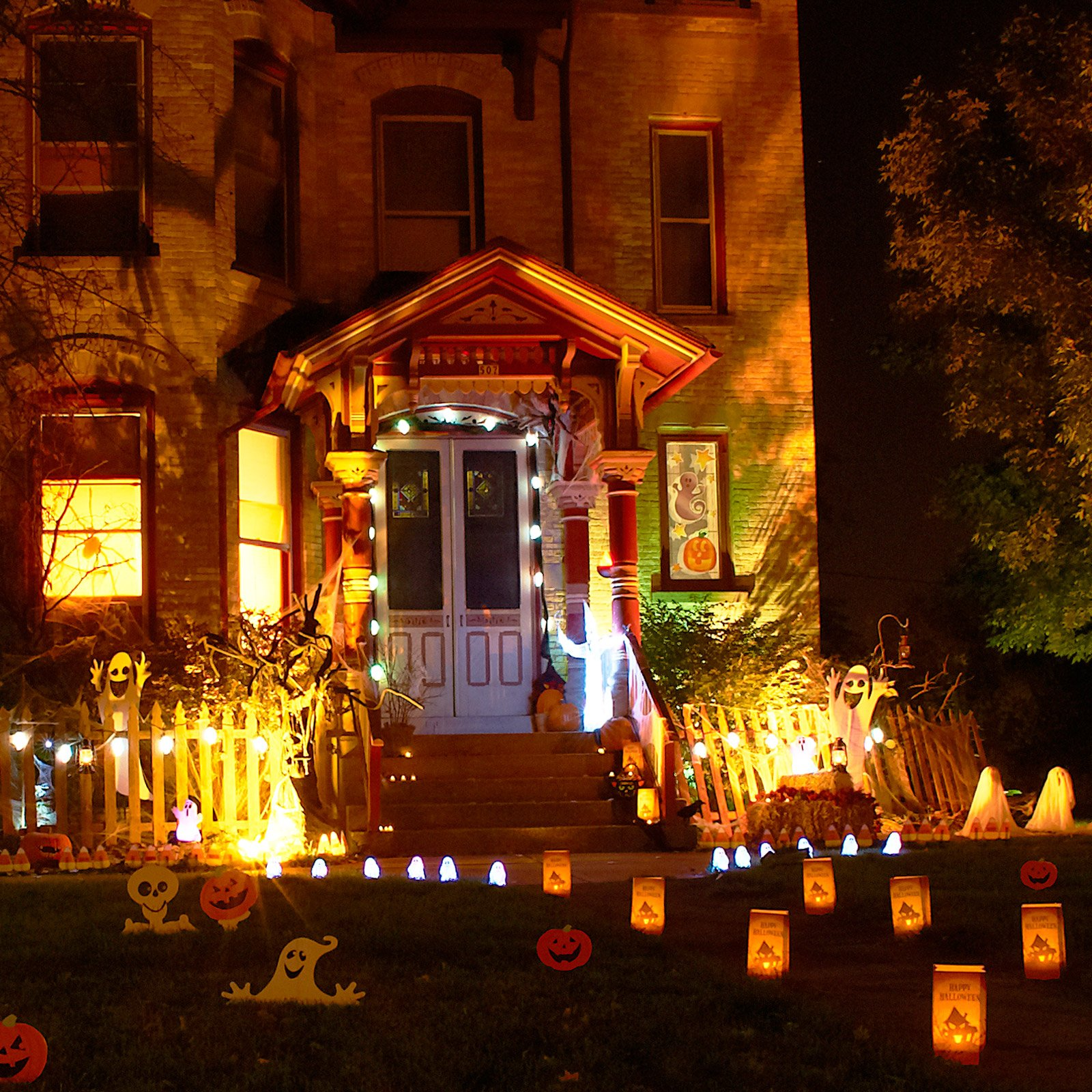 11 awesome outdoor halloween decoration ideas for Outer decoration of house