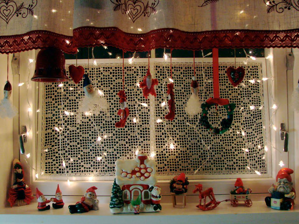 11 Awesome Christmas Window Decoration Ideas